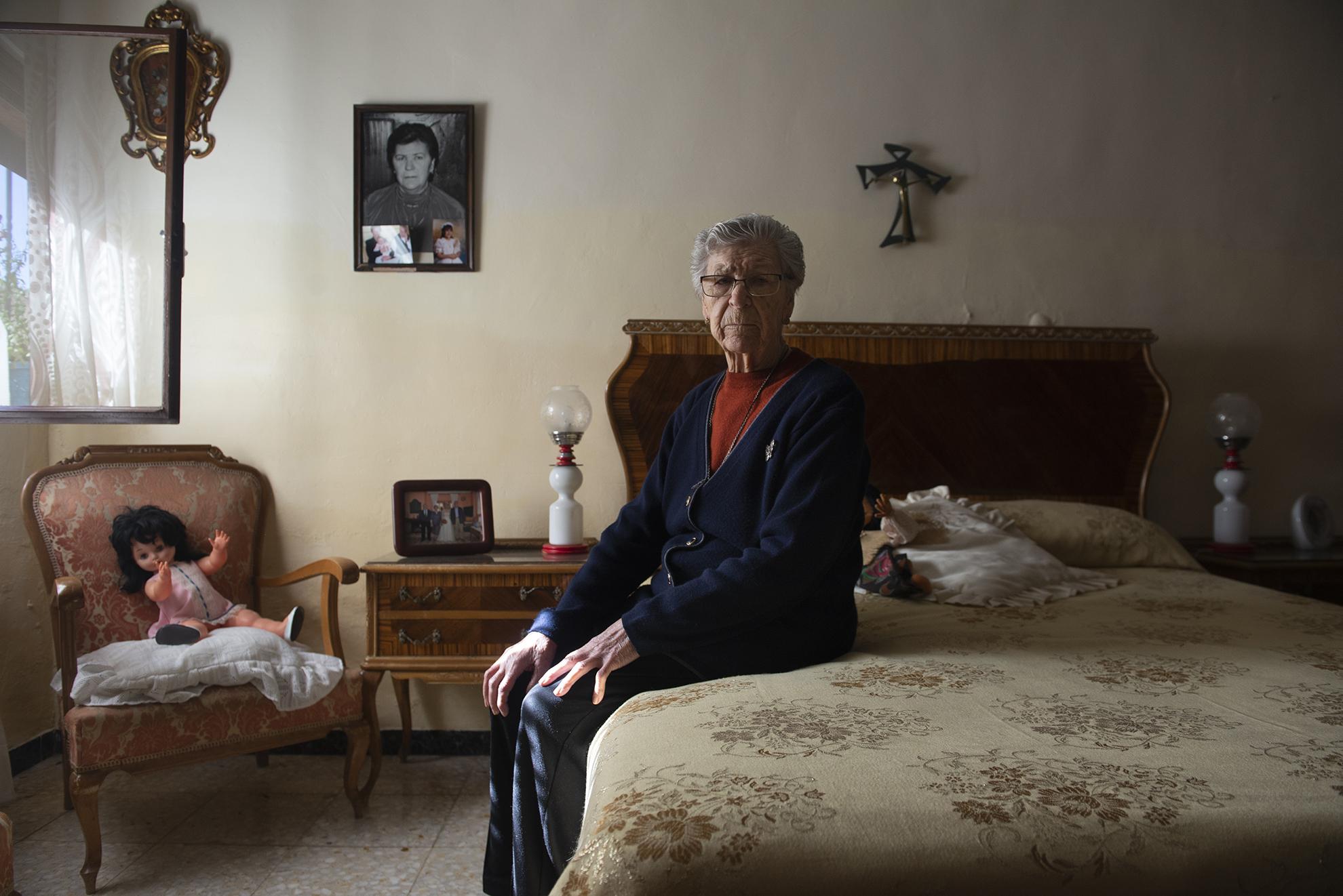 Elvira tiene 87 años y vive sola en Aguarón, un pequeño municipio de la provincia de Zaragoza. Desde que se decretó el estado de alarma no ha salido de casa, pero asegura que no se ha sentido sola. Su hijo, que también vive en el pueblo, la ha visitado a diario, aunque siguiendo las indicaciones sanitarias y las medidas de seguridad recomendadas. Además cuenta con la asistencia del servicio de ayuda a domicilio comarcal y Humildad la visita tres veces por semana para atenderla y ayudarla en las labores del hogar.