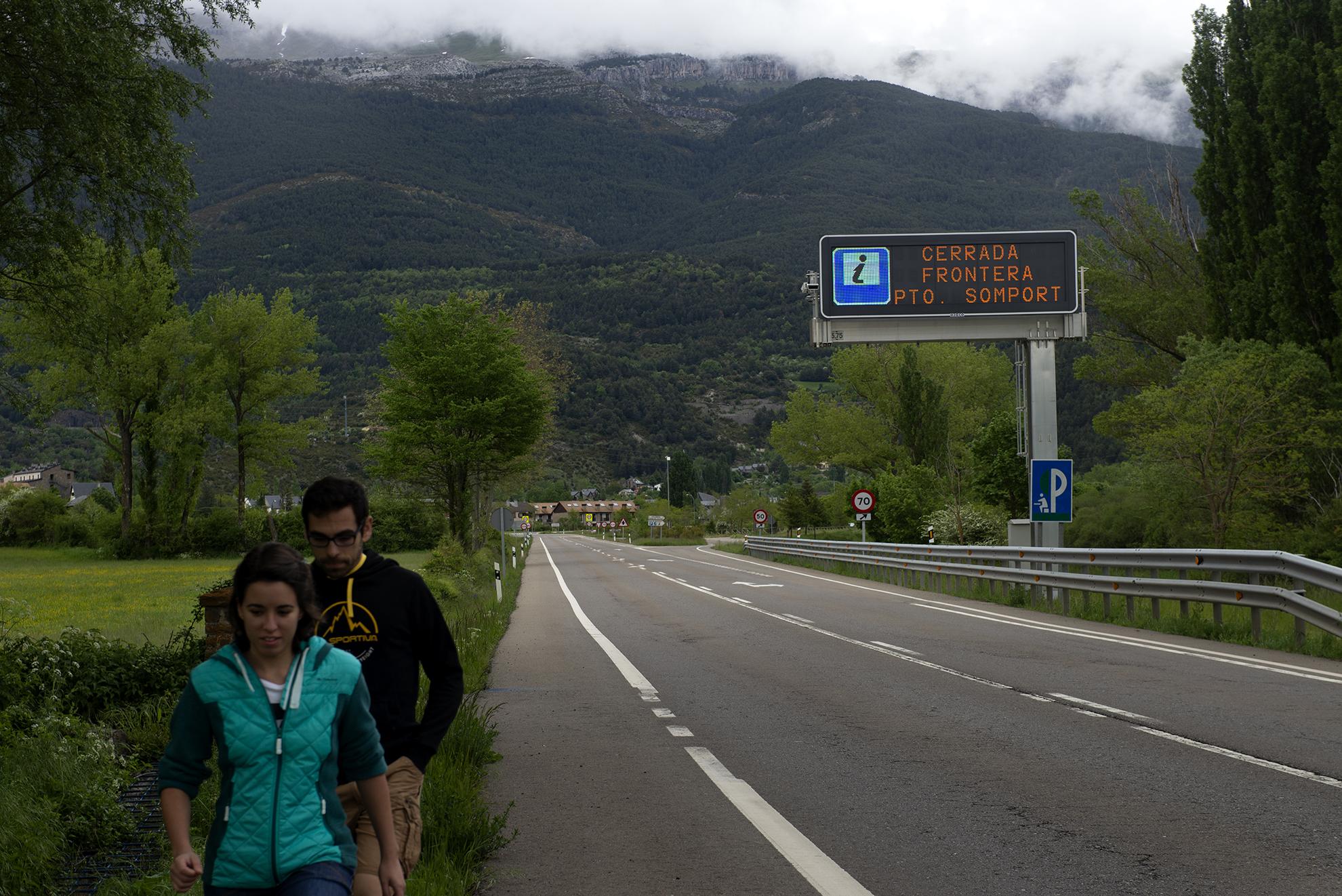 Un cartel en la carretera a la entrada de Villanua advierte de que el túnel de Somport, paso fronterizo entre España y Francia en los Pirineos aragoneses, permanece cerrado. Solo se permite la circulación del transporte de mercancías y vehículos autorizados.