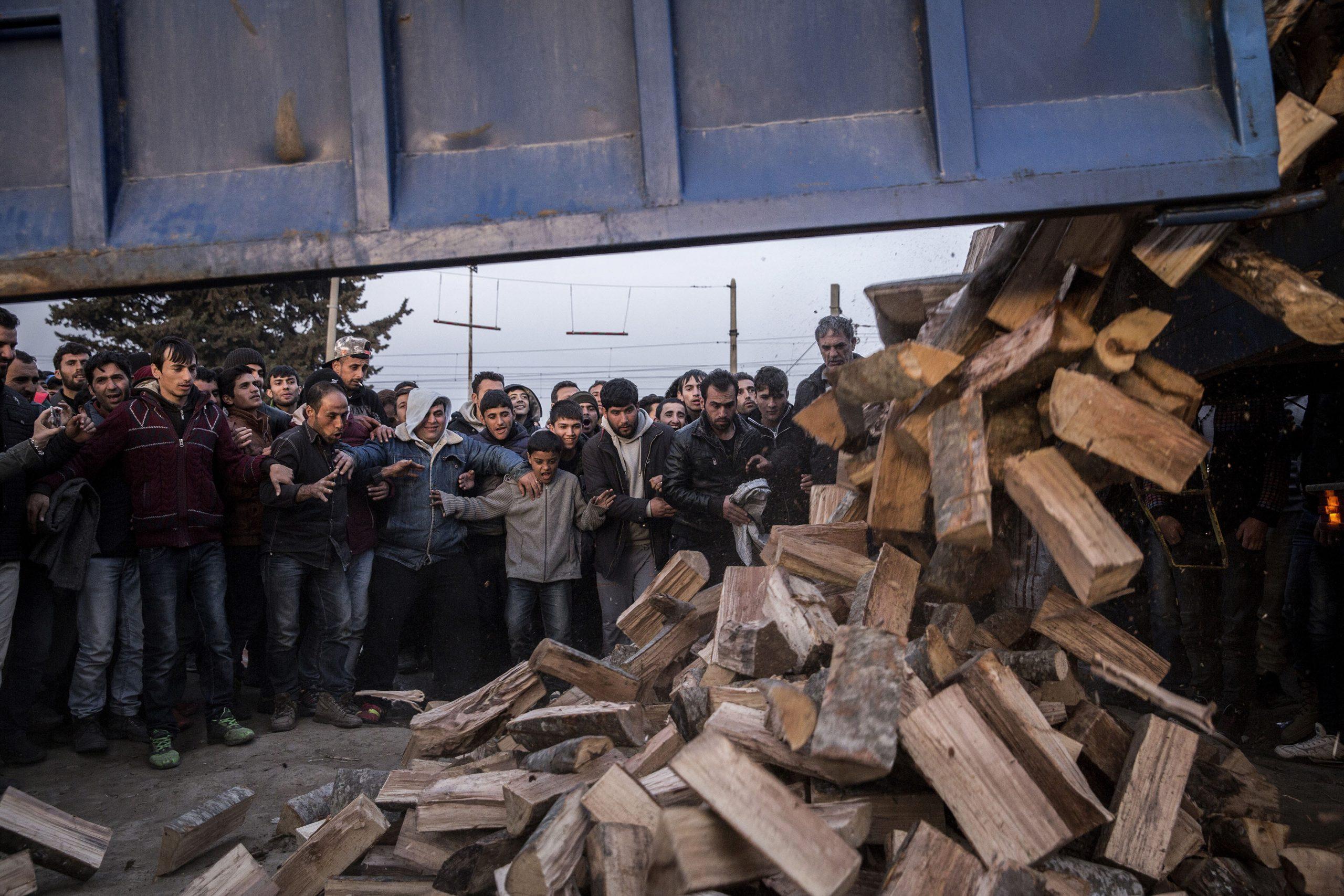 Dozens of people waiting to take wood to make bonfires at nights Idomeni 06/03/2016