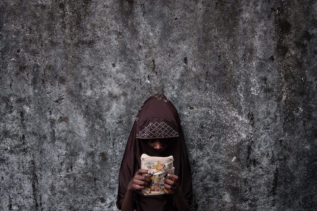 """Fatimah tiene 6 años, nació en Boko Haram en cautiverio de una madre que murió durante una redada. Pasa el tiempo en su casa familiar en Biu, Borno, al noreste de Nigeria, escaneando fotos del cómic """"Archie"""", con la esperanza de que algún día vaya a la escuela."""