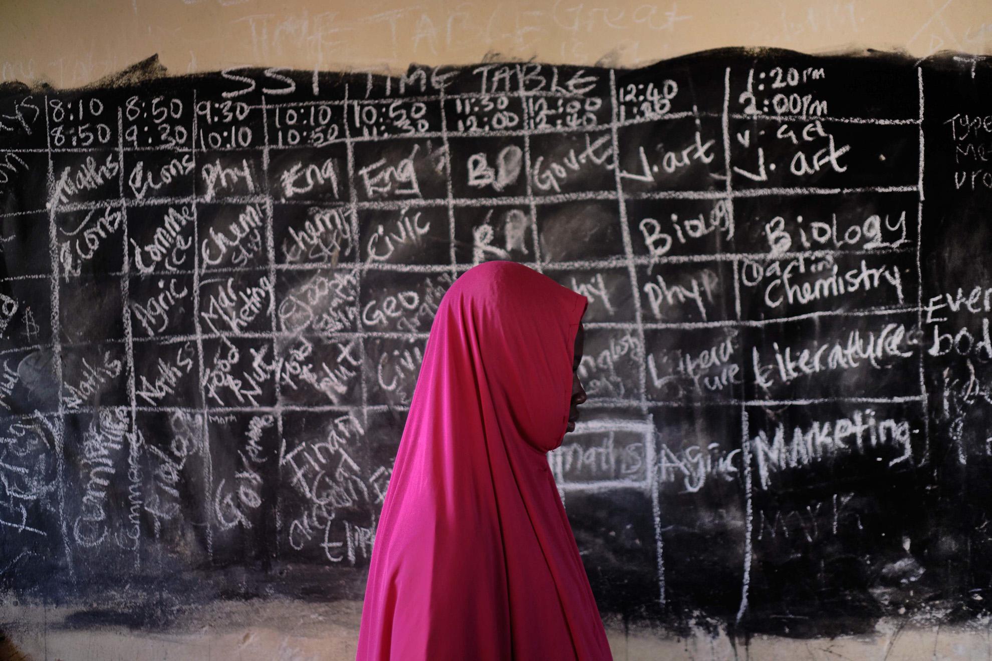 Balarabe (nombre ficticio) 17, se crio en el noreste de Nigeria, con el cerebro lavado por Boko Haram para que odiara la educación occidental. Después de recuperar la libertad, se matriculó en una escuela en la localidad de Faduma Koloram. Planea convertirse en enfermera como su hermana.