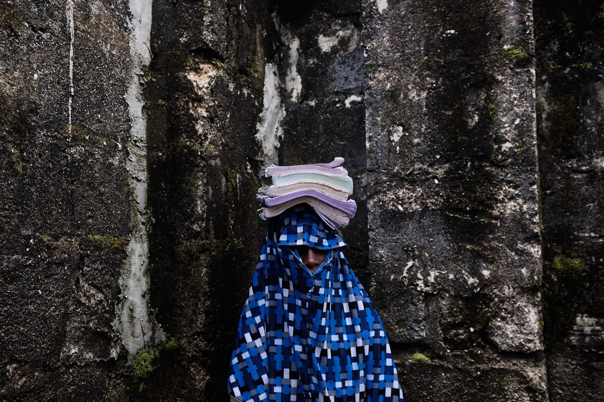 Jamilah (nombre ficticio) tiene 14 años. Vive en Kofa, noreste de Nigeria. Fue secuestrada por Boko Haram después de una redada en la granja familiar que dejó a su padre medio ciego. Fue violada por 7 hombres su primera noche en cautiverio, lo que la dejó sangrando continuamente durante nueve meses. En su mal estado de salud, la pretendían dejar morir, pero fue encontrada por los vigilantes. Ahora asiste a clases organizadas en una escuela improvisada de turnos. Sueña con ser médico.