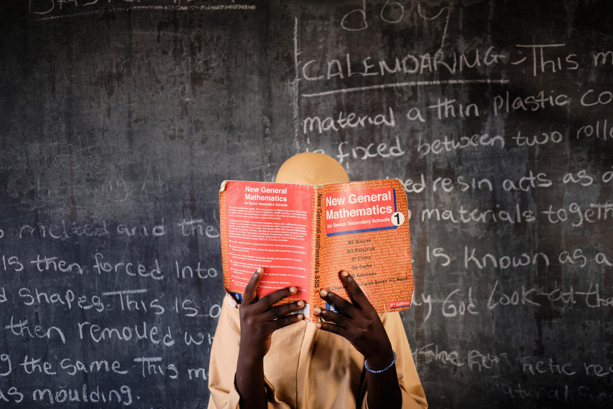 Amina (nombre ficticio) tiene 16 años, sus padres fueron asesinados en una redada en su casa en el noreste de Nigeria. Fue secuestrada por Boko Haram y luego obligada a casarse con un comandante terrorista. Pasó el tiempo recordando el formulario de matemáticas que había estudiado en la escuela. En libertad, su tío la matriculó en una escuela en la localidad de Biu. Ella quiere ser maestra.