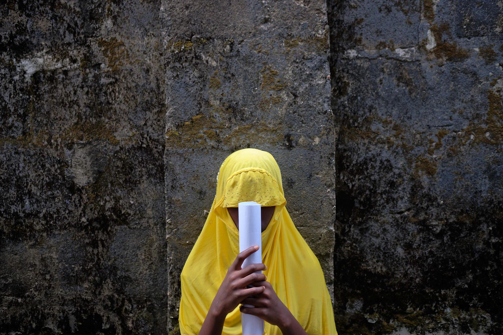 Zainab (nombre ficticio) tiene 17 años y fue secuestrada por Boko Haram después de arrasar su escuela en Izghe, el noreste de Nigeria. Se radicalizó y fue disparada por personal de seguridad cuando intentó detonar una bomba atada a su pecho en una mezquita. Hoy camina 5 kilómetros hasta otra escuela de la comunidad para estudiar. Planea convertirse en consejera escolar.
