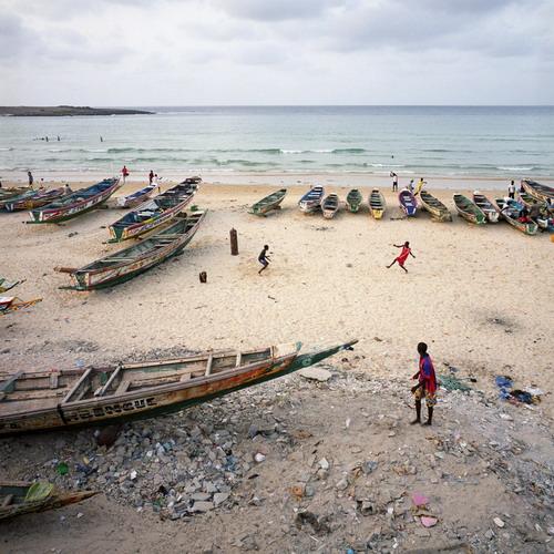Niños senegaleses juegan en la costa de Yoff (Dakar), un pueblo de pescadores y punto de partida popular para los inmigrantes.