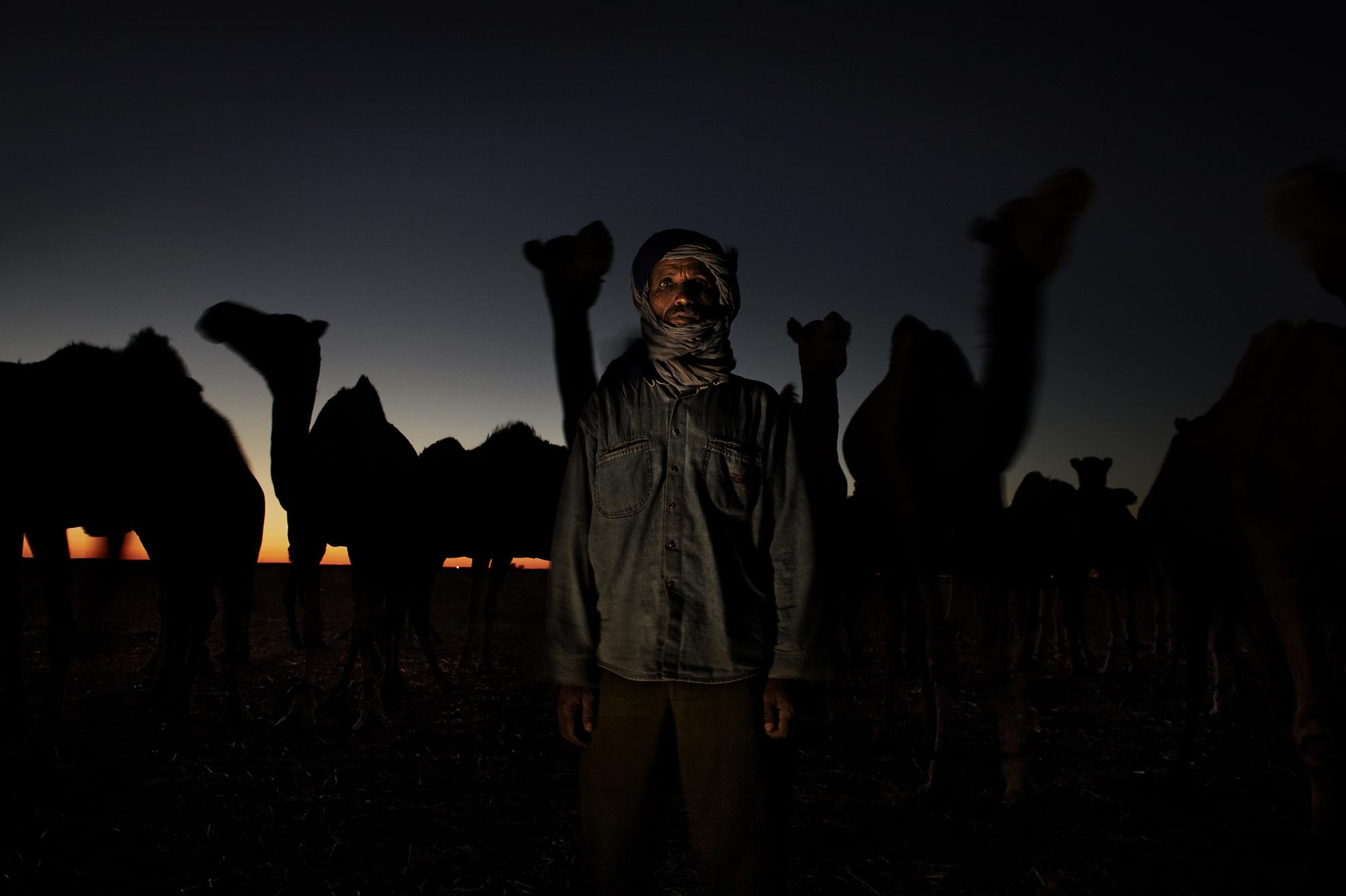 Lahbieb Embarek Ahmed, 47 años, trabajador de camellos, fotografiado en el desierto, cerca de los campamentos de refugiados saharauis, en Argelia.
