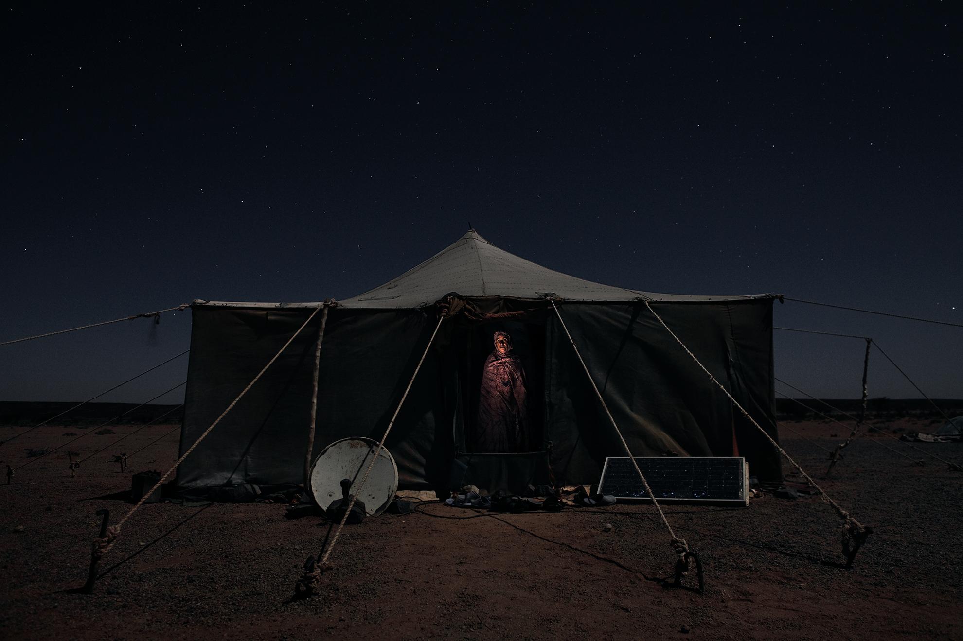 Dada Mohammed Kehel, 54 años. Mujer beduina fotografiada en su casa de Tifariti, en el Sáhara Occidental controlado por el Polisario.