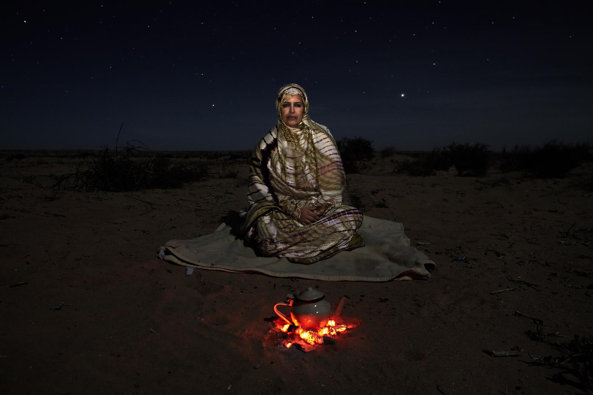 Djimi Elghalia, de 48 años, vicepresidenta de la Asociación Saharaui de Víctimas de Violaciones Graves de los Derechos Humanos Cometidas por el Estado Marroquí (ASVDH), fotografiada cerca de la ciudad de El Aaiún, en el Sáhara Occidental controlado por Marruecos (República Árabe Democrática Saharaui).