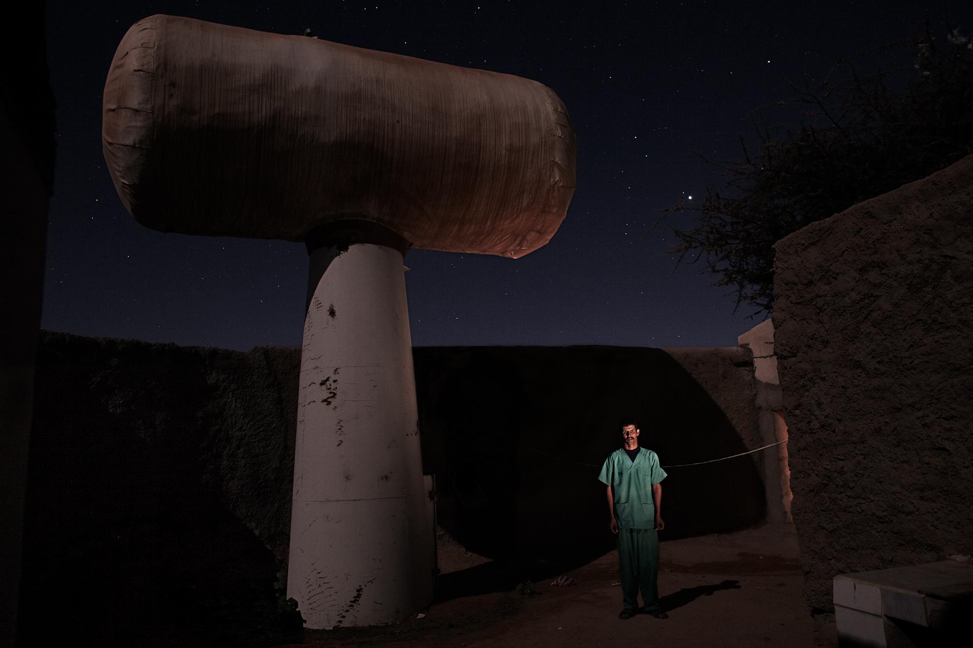 Brahim Salama Baaj, 38 años, enfermero, fotografiado en el hospital de Auserd, en el campo de refugiados de Auserd, Argelia.