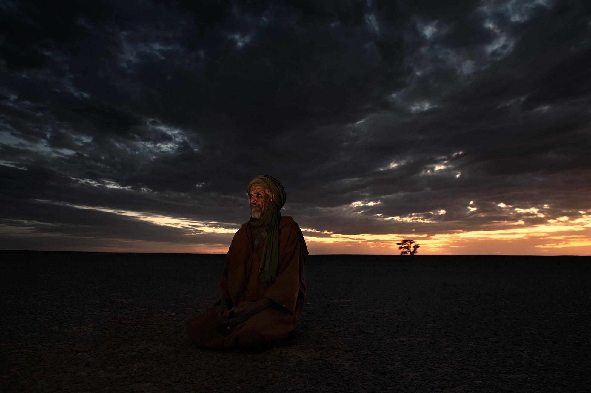 Brahim Mohamed Baih, 62 años, soldado del Polisario, fotografiado rezando en el desierto en el Sáhara Occidental controlado por el Polisario, cerca de la frontera con Argelia (República Árabe Saharaui Democrática).