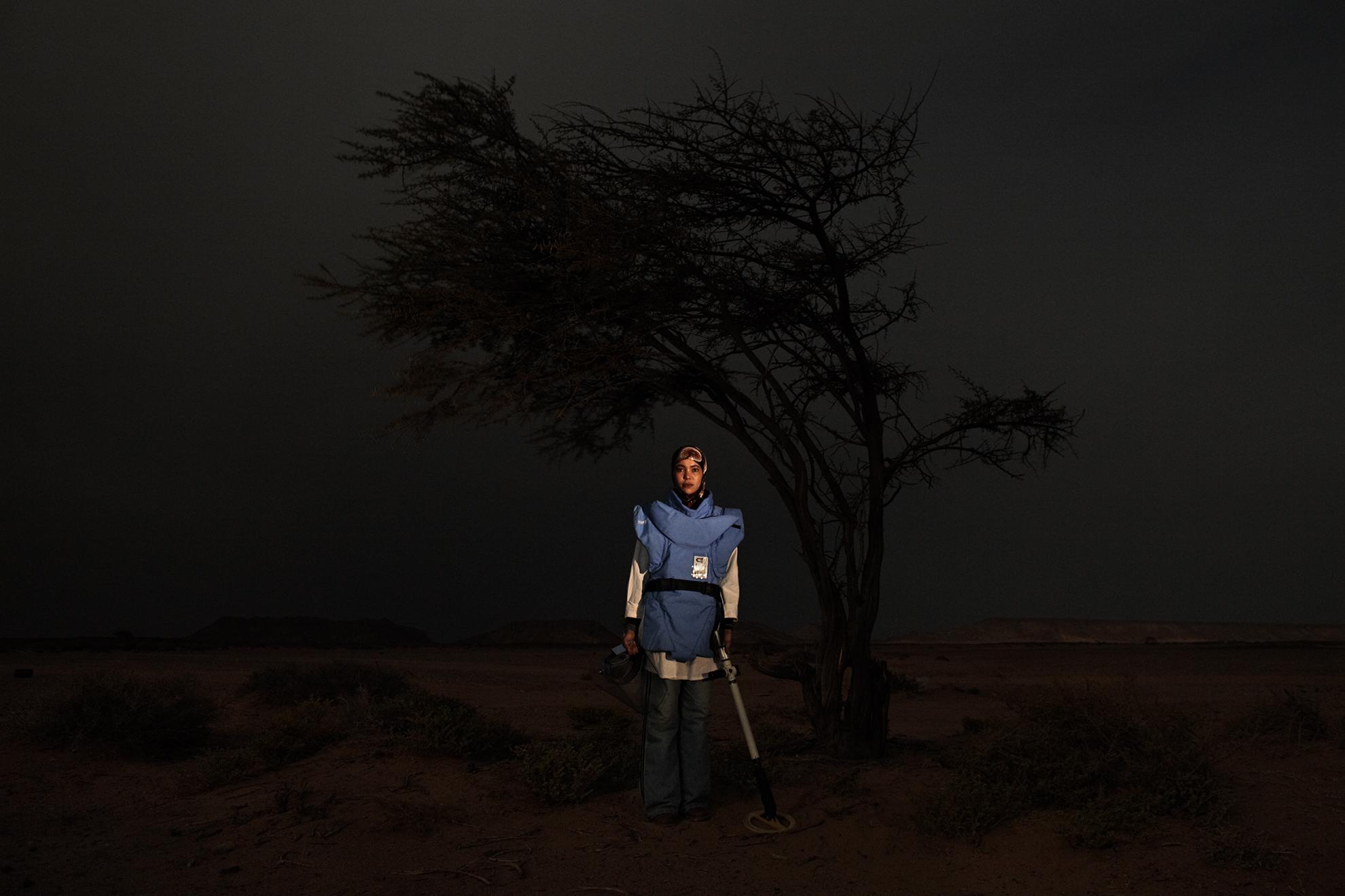 Mariam Zaide Amar, 24 años, desminadora, fotografiada en Mehaires, en el Sáhara Occidental controlado por el Polisario (República Árabe Saharaui Democrática).