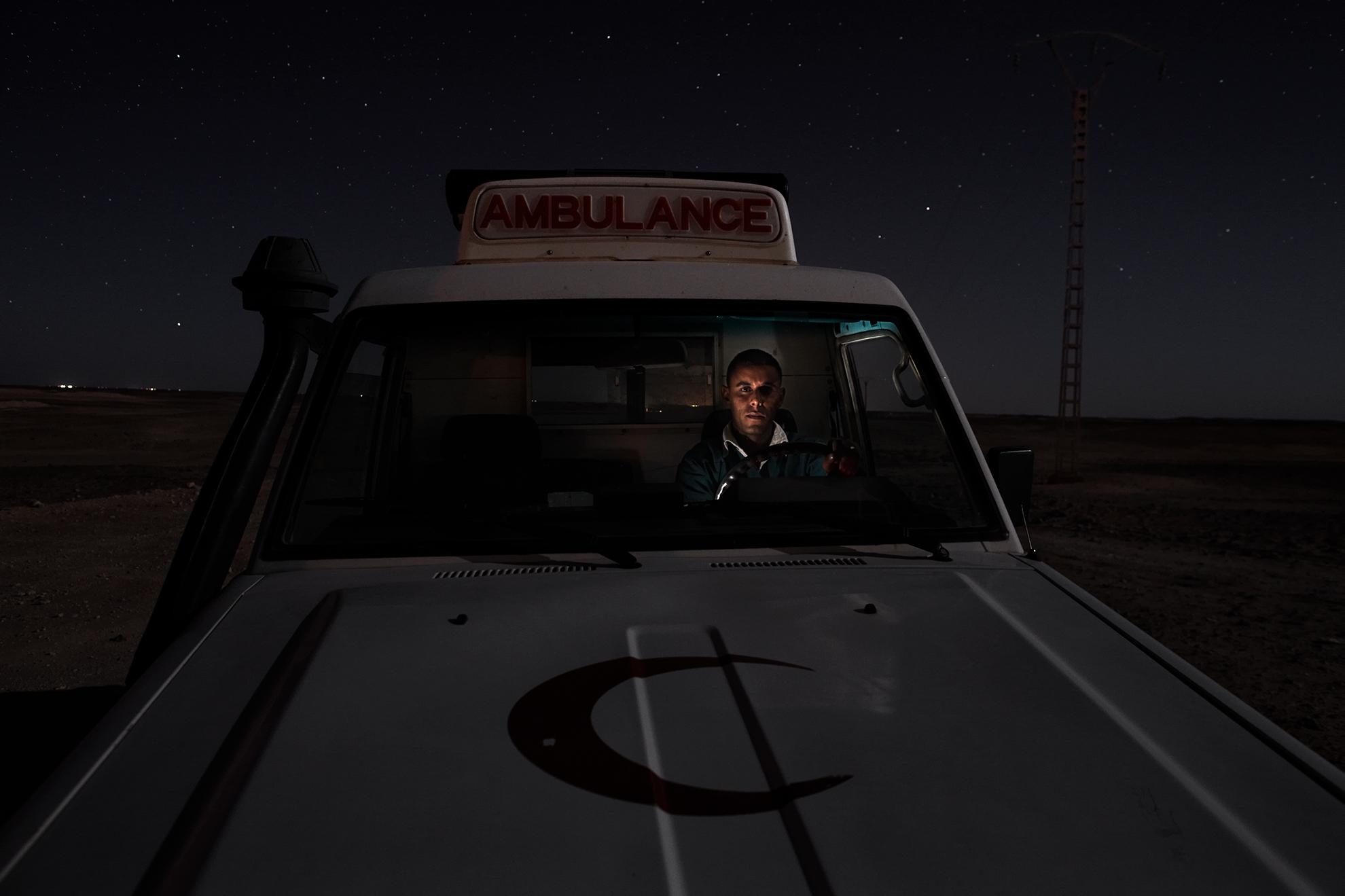 Mohamed Lamin Slot, de 26 años, conductor de ambulancia, fotografiado en el desierto cerca del campamento de refugiados de Rabouni, Argelia.