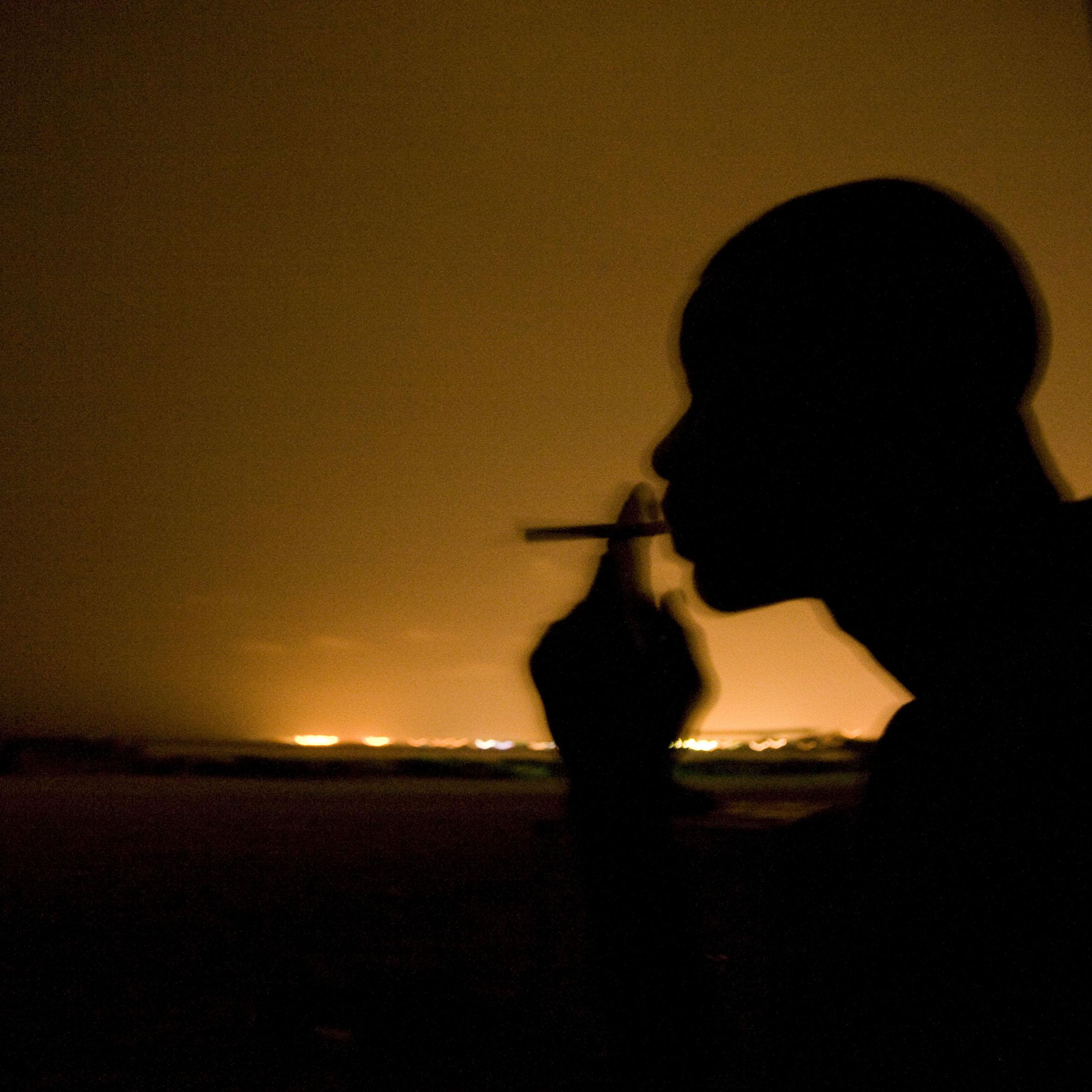 Abdullah, un inmigrante de 33 años procedente de Gambia, ya ha reunido el dinero para su pasaje marítimo a Europa. Espera el momento adecuado para su salida, ya que fue detenido en sus dos anteriores intentos desde Marruecos. Era trabajador de la construcción en su país. Tiene una familia numerosa en Gambia a la que pretende enviar dinero cuando llegue a España. Se siente fuerte y espera conseguir la travesía. Dice que solo lleva sus cigarrillos. Los intermediarios que organizan la embarcación y el patrón se encargarán de todo lo demás. Se supone que en el barco viajarán 26 senegaleses, 1 nigeriano y 5 gambianos.