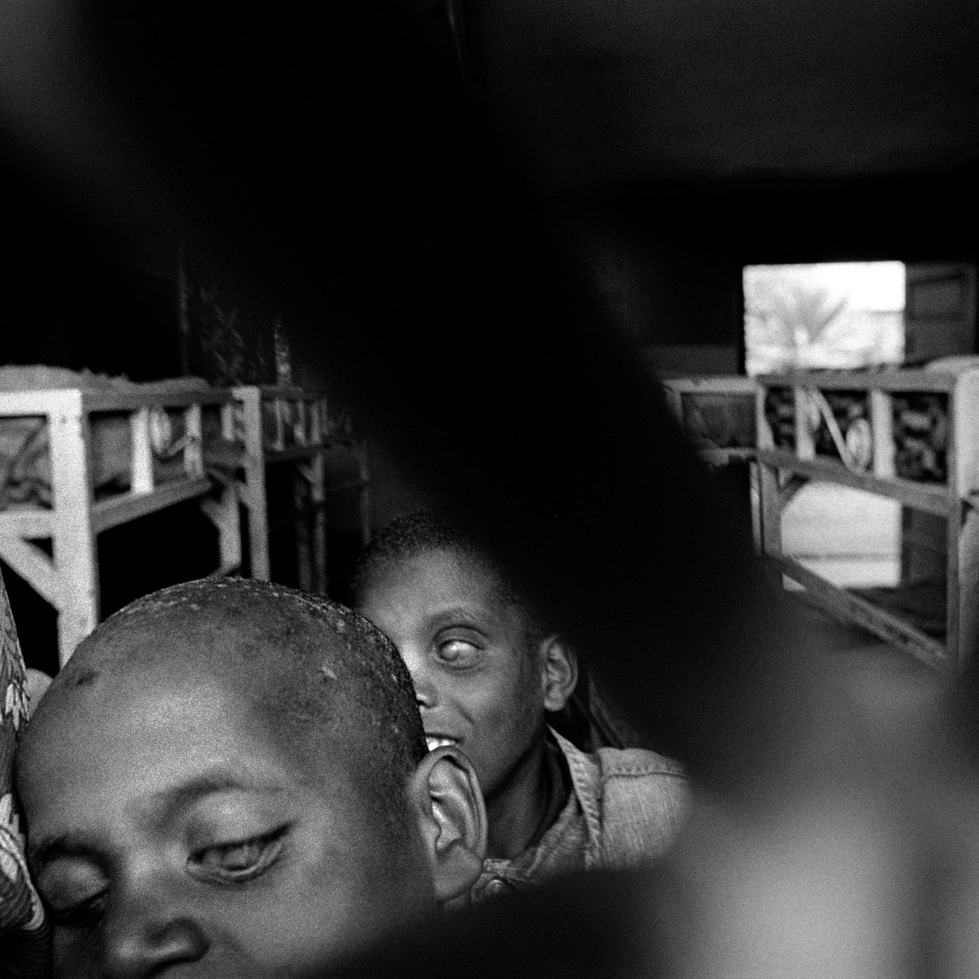 Algunas personas invidentes viven permanentemente en Wolayta, otras solamente acuden durante el día, para acudir a las clases y actividades de formación. La escuela carece de suficientes materiales y personal docente.