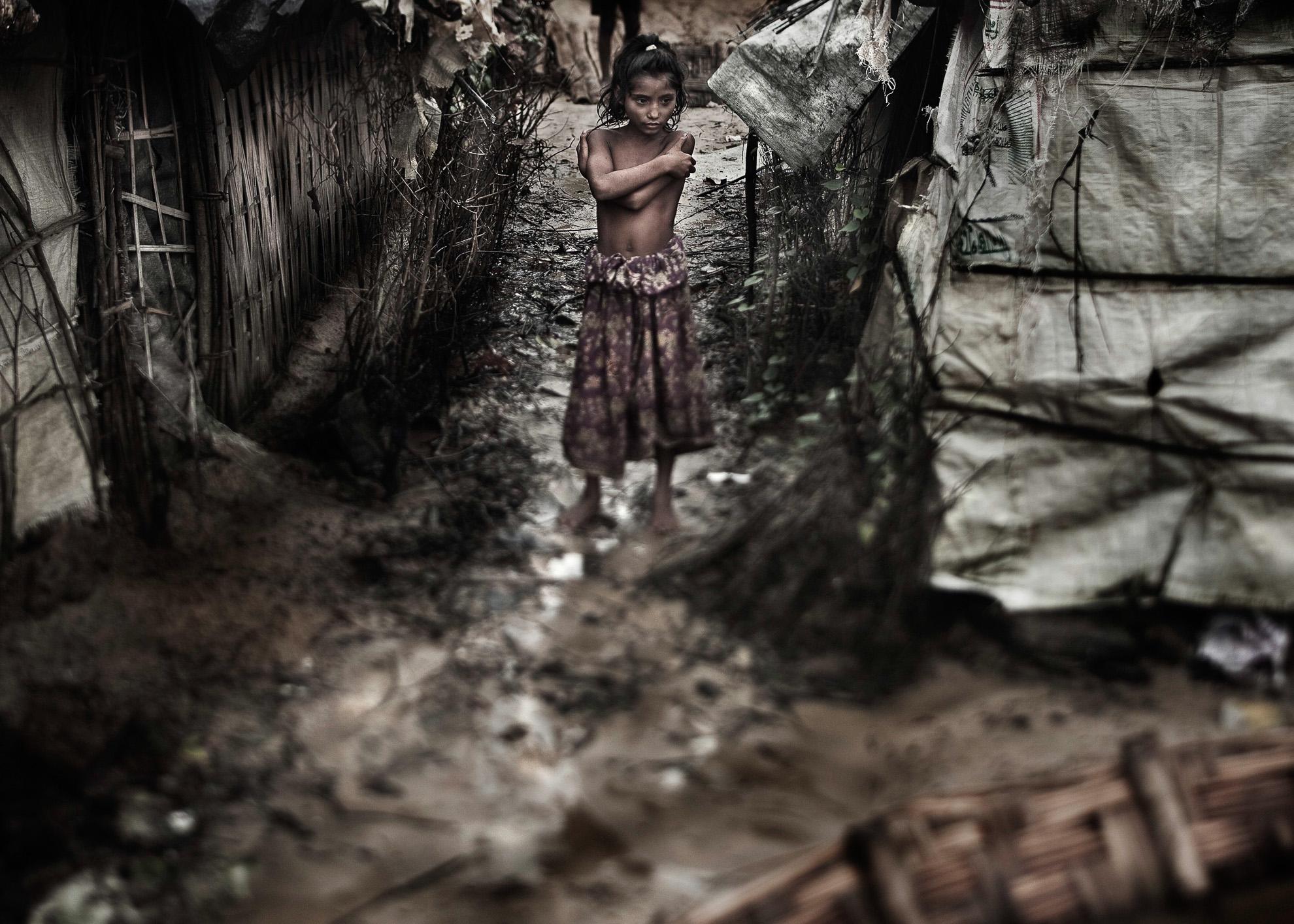 Se estima que en el campo improvisado de Kutupalong, al sur de Cox's Bazar, en la costa este de Bangladés, viven unas 22.000 personas refugiadas de Myanmar (antigua Birmania) que en lugar de encontrar ayuda, son informadas de que no pueden vivir cerca del campo oficial apoyado por el Gobierno de Bangladés y por el Alto Comisionado de Naciones Unidas para los Refugiados. No tienen a dónde ir ni forma de cubrir sus necesidades más básicas.